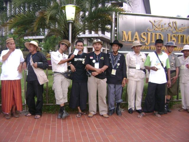 Ontelis Contry di Depan Masjid Istiqlal