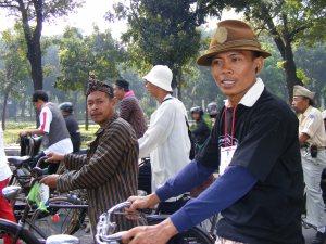 Pak Umar orang yang paling lama diContry & H Sartono sang pemberi komentar untuk rekan-2 yang perlu direnov sepedanya