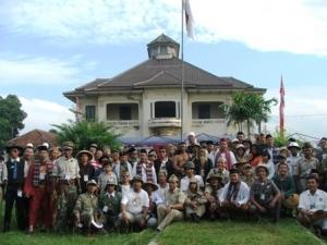 Komunitas Sepeda Tua Indonesia (KOSTI) berpose di Gedung Juang 45
