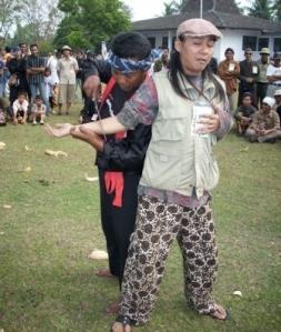 Ontelis sedang mencoba aksi dari pendekar Banten (debus)