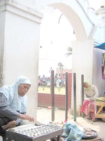 Penjual koin recehan didepan Masjid Agung