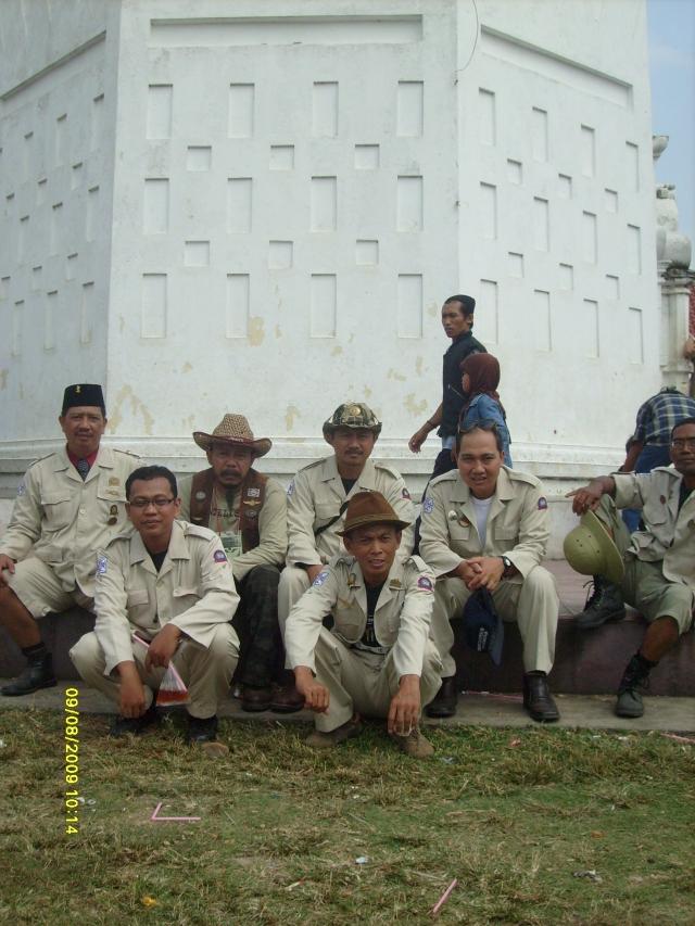 Ontelis dibawah menara Masjid Agung Banten lama.