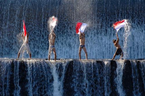 Berkibar Bendera Indonesia