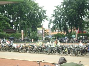 Sepeda Ontel dari seluruh Nusantara Parkir dilapangan Karang Pawitan